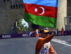 Danny Sullivan assisteert stewards in Azerbeidzjan