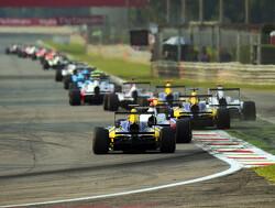 Albon wint eerste race, De Vries bestraft voor incident in eerste ronde