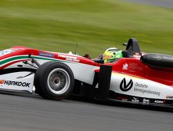 Dominante Schumacher voltooit trilogie op Nürburgring