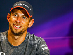 Jenson Button rijdt met de Brawn BGP001 over Silverstone