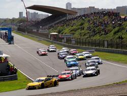 Lucas Auer wint eerste race op natte Nürburgring