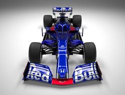 Alexander Albon maakt zijn eerste meters in de Toro Rosso Honda STR14