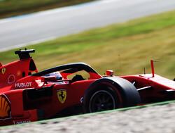 Vettel maakt hilarische handbewegingen naar collega's