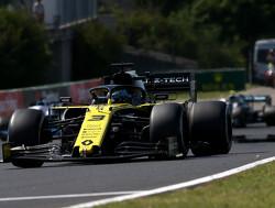 Magnussen knijpt Ricciardo in remzone af op Hungaroring
