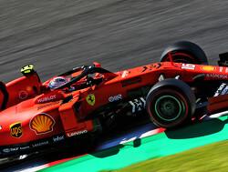 Leclerc tikt Verstappen kort na de start van de baan