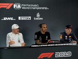 Max Verstappen kan zijn lach niet inhouden als Lewis over de meiden in Abu Dhabi begint