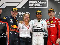 Max Verstappen geeft Lewis Hamilton na de race in Abu Dhabi een tip met humor