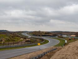 Formule 1-bolide kortstondig op boulevard Zandvoort voor fotoshoot
