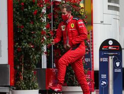 """Vettel maant Ferrari tot kalmte:""""We moeten sterk zijn, hard werken en hopen op een wonder"""""""