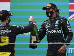 Daniel Ricciardo en Lewis Hamilton doen Shoey na de race op Imola