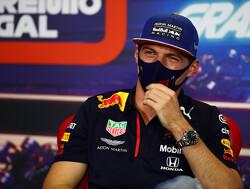 """Max Verstappen dolt met Albon: """"In het algemeen groter of ergens anders?"""""""
