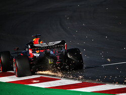Verstappen glijdt in op Perez en heeft lichte schade