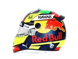 Sergio Perez toont zijn eerste helm in dienst van Red Bull