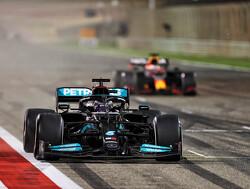 Terug in de tijd - Lewis Hamilton ontvangt door Ayrton Senna gedragen race-helm