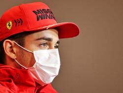 Charles Leclerc crasht zijn Ferrari