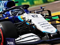 Nicholas Latifi met auto vol in de bandenstapels, Schumacher verliest voorvleugel