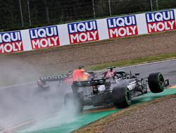 Hamilton crasht van de baan in jacht op Verstappen
