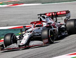 Alfa Romeo rijdt met wieldoppen tijdens 18 inch banden-test