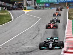 Hamilton wordt opgehouden door Bottas en verliest tijd in achtervolging Max Verstappen