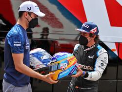 Fernando Alonso en George Russel prijzen elkaar nog verder de hemel in