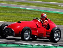Charles Leclerc racet in historische Ferrari 375F1 op Silverstone
