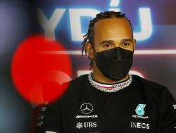"""Hamilton wijst naar Marko en Horner: """"Zij hitsen fans op om mij uit te fluiten"""""""