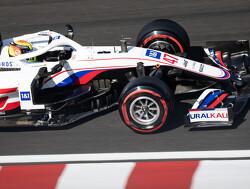 Mick Schumacher raakt auto kwijt in bocht 11 en belandt in de bandenstapels