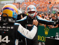 Fernando Alonso gebruikte grote TV-schermen toen hij verdedigde tegen Lewis Hamilton