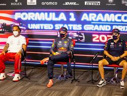 Lewis Hamilton en Max Verstappen kijken liever naar hun telefoon als hun rivaal spreekt