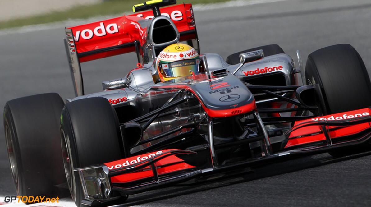 VT1: Hamilton oppermachtig, crash van Adrian Sutil