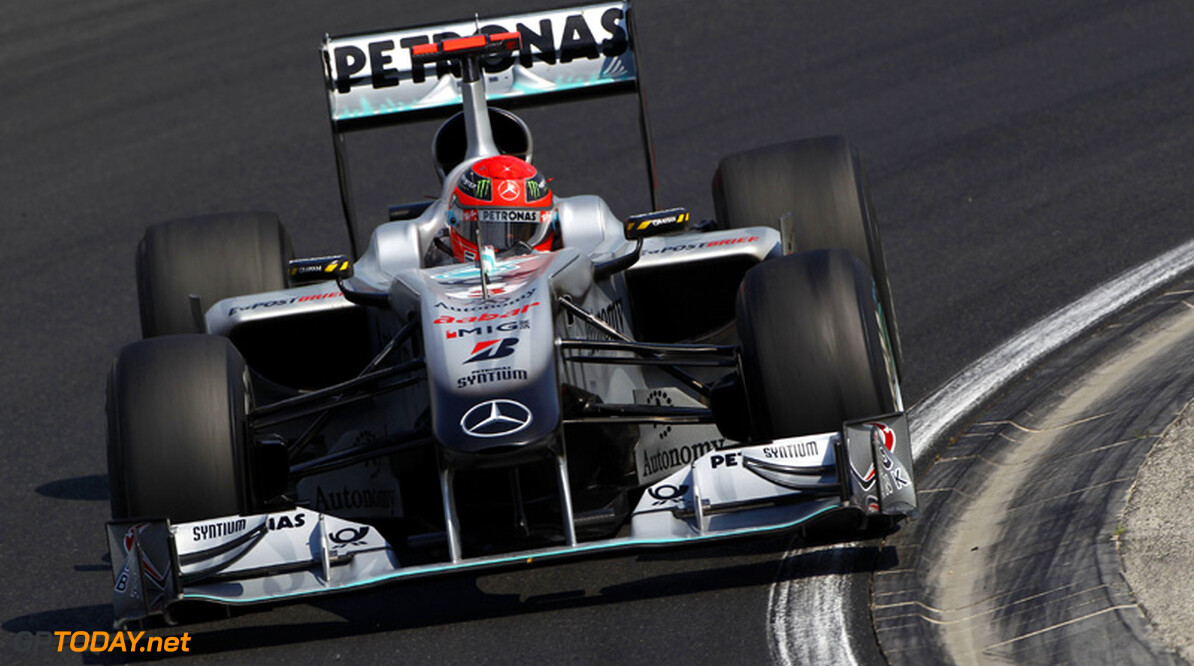 <b>Video:</b> Schumacher drukt Barrichello bijna in de muur
