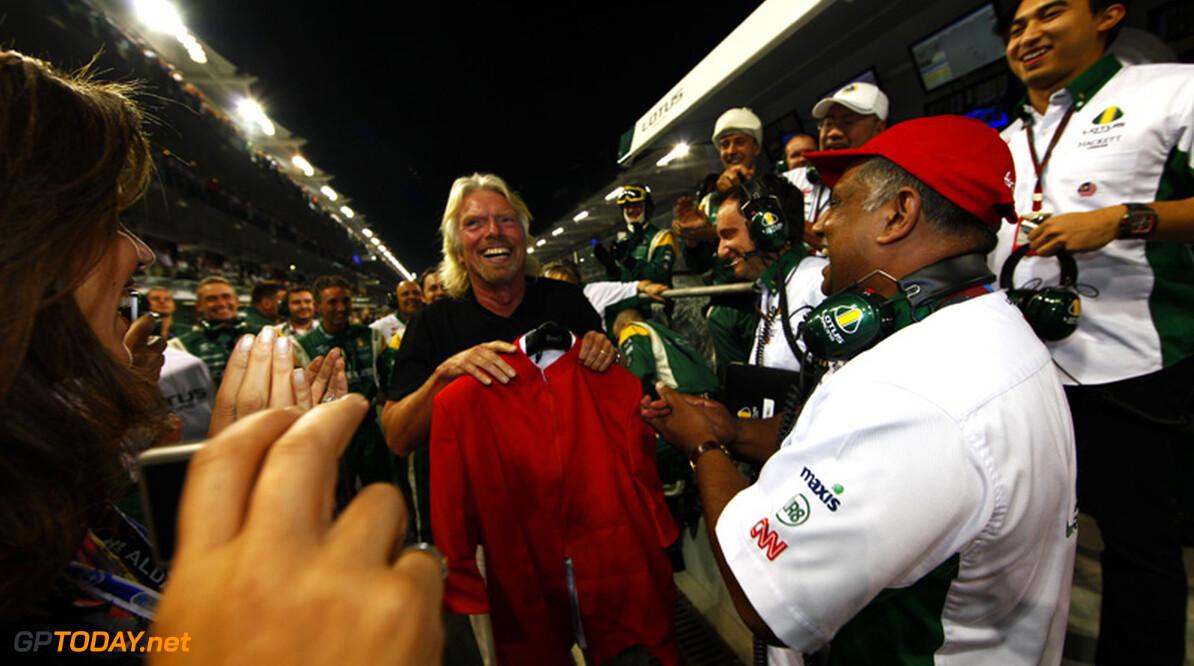 Branson lost in mei verloren weddenschap in als stewardess