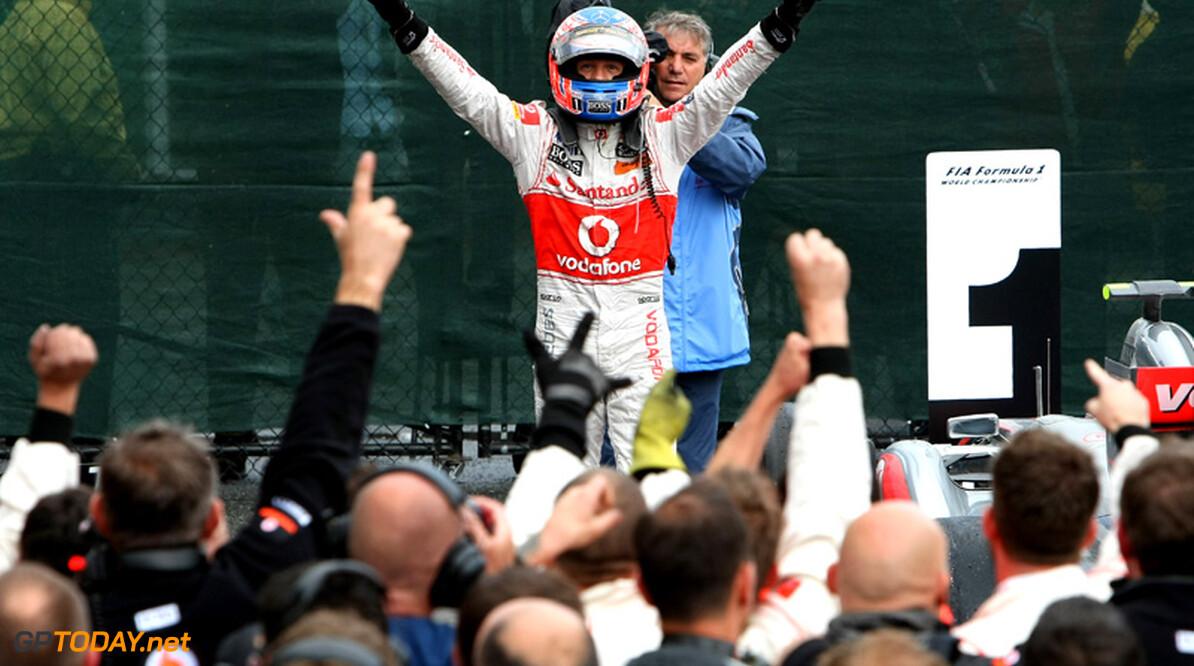 """Button: """"We moeten Red Bull Racing onder druk blijven houden"""""""