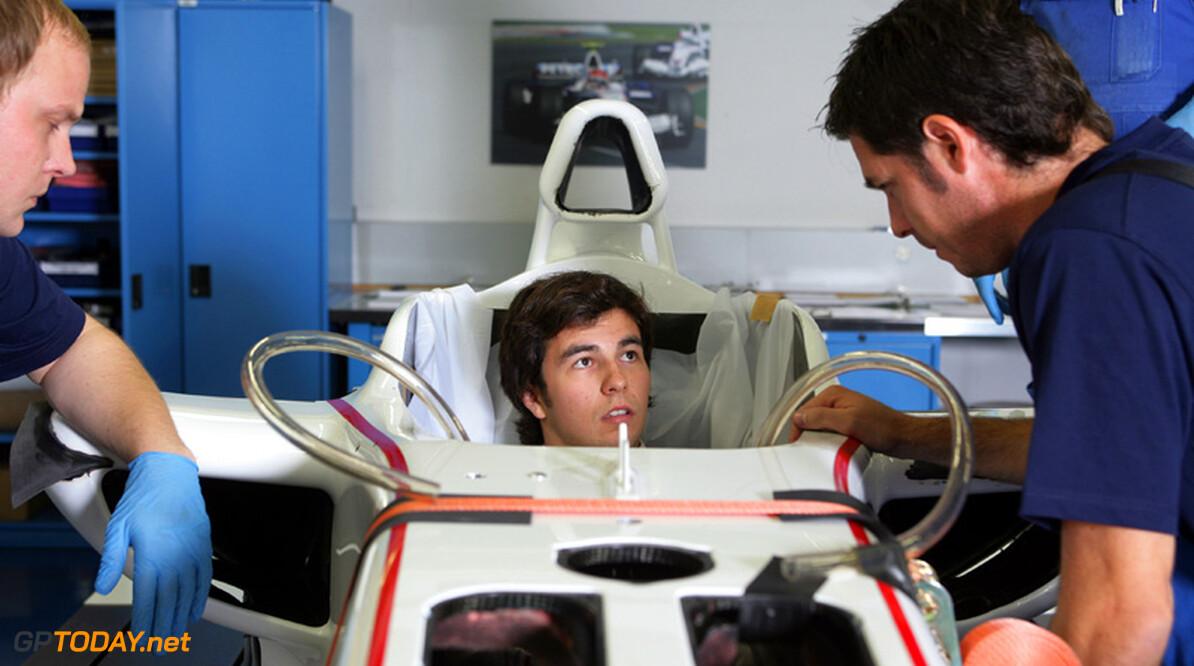 Kobayashi en Perez passen stoeltjes in Sauber-fabriek