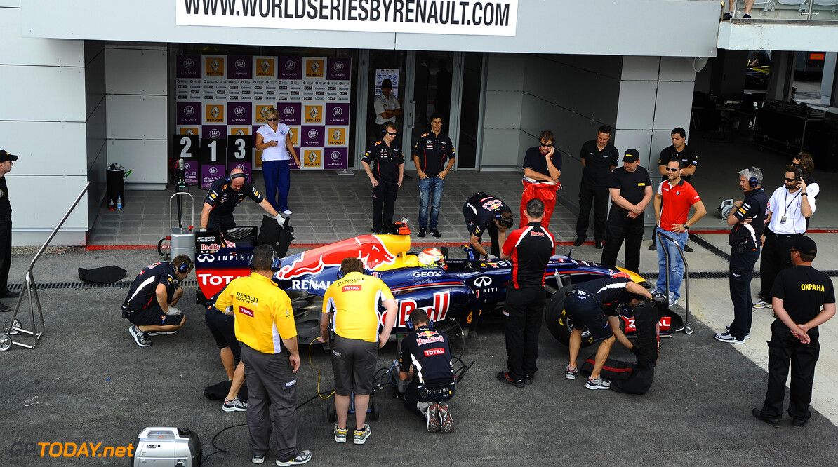 Hill stapt in Red Bull Racing RB6 voor demo in Barcelona