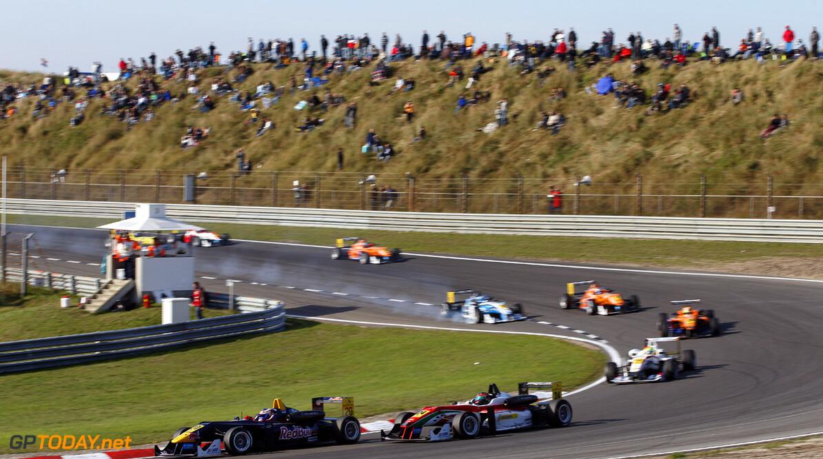 FIA Formula 3 European Championship, round 8, race 3, Zandvoort  20 Tom Blomqvist (GB, Eurointernational, Dallara F312 Mercedes), 24 Lucas Auer (A, Prema Powerteam, Dallara F312 Mercedes), FIA Formula 3 European Championship, round 8, race 3, Zandvoort (NL) - 27. - 29. September 2013 FIA Formula 3 European Championship, round 8, race 3, Zandvoort (NL) Thomas Suer Zandvoort Netherlands