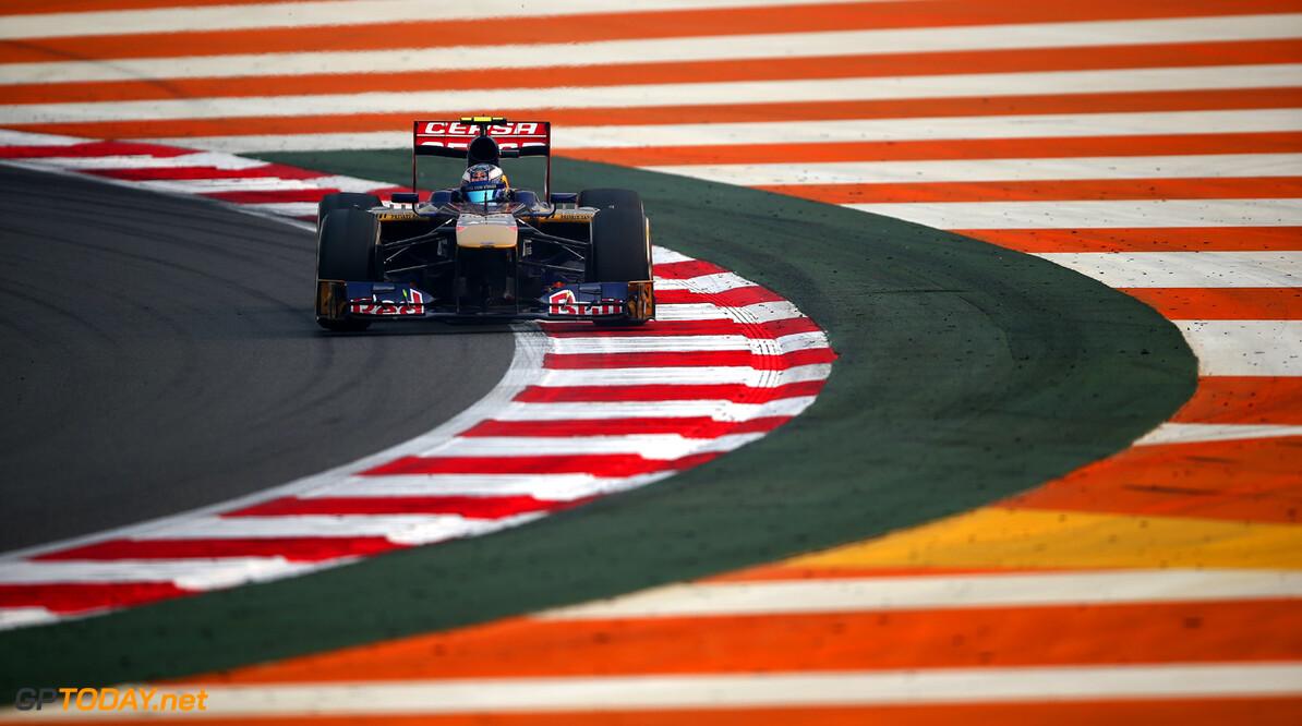 Toro Rosso met logo van Kullunna Khalifa op de STR8
