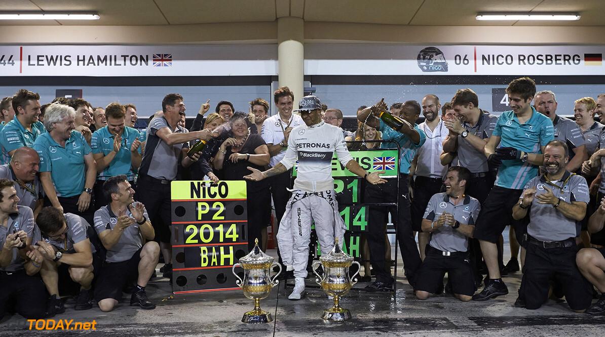 Hamilton wint spannende Mercedes-strijd in Bahrein
