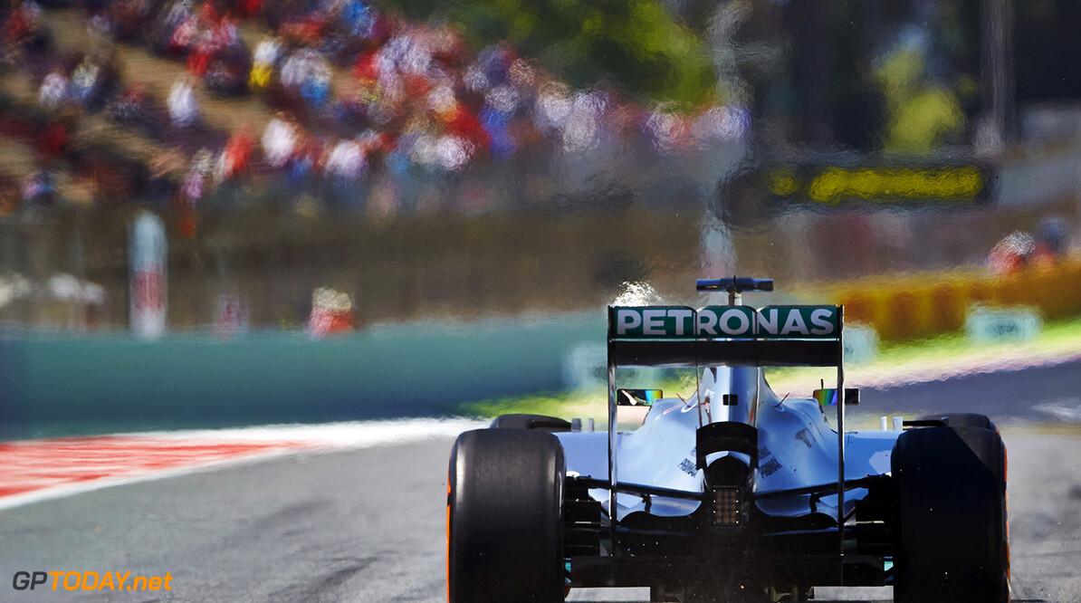 Mercedes-coureurs rijden op hun dooie gemak een 1-2