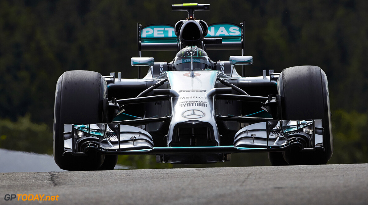 Rosberg troeft Hamilton af in natte kwalificatie
