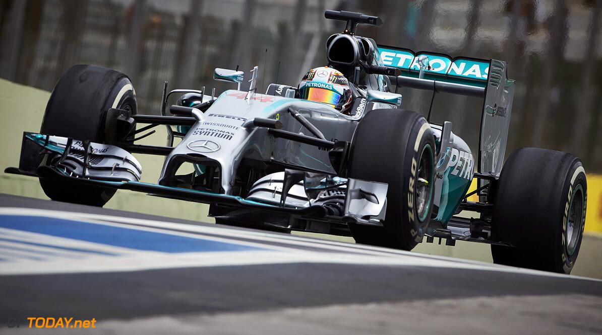 VT1: Hamilton deelt eerste speldenprikje uit aan Rosberg