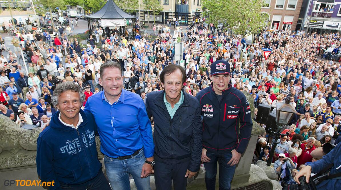 Max Verstappen deelt zaterdagavond honderden handtekeningen uit in het centrum van Zandvoort. Zondag rijdt Verstappen tijdens Italia a Zandvoort in een Torro Rosso Formule 1 auto.  chris schotanus    essayprodukties.nl