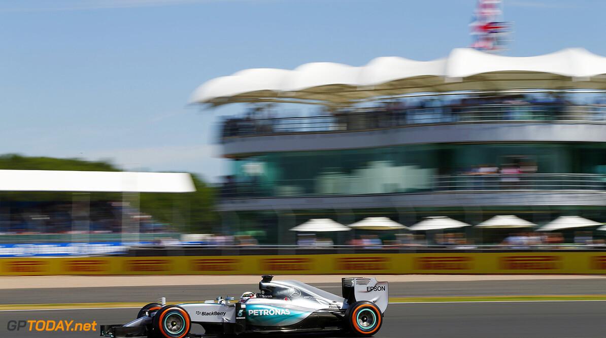 Hamilton pakt pole voor thuispubliek, Verstappen slechts dertiende