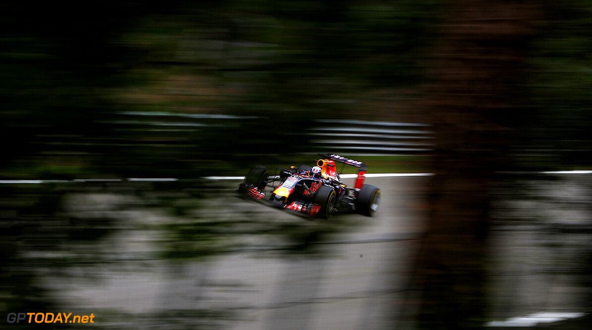 MONZA, ITALY - SEPTEMBER 04:  Daniel Ricciardo of Australia and Infiniti Red Bull Racing drives during practice for the Formula One Grand Prix of Italy at Autodromo di Monza on September 4, 2015 in Monza, Italy.  (Photo by Charles Coates/Getty Images) // Getty Images/Red Bull Content Pool // P-20150904-00468 // Usage for editorial use only // Please go to www.redbullcontentpool.com for further information. //  F1 Grand Prix of Italy - Practice Charles Coates Monza Italy  P-20150904-00468