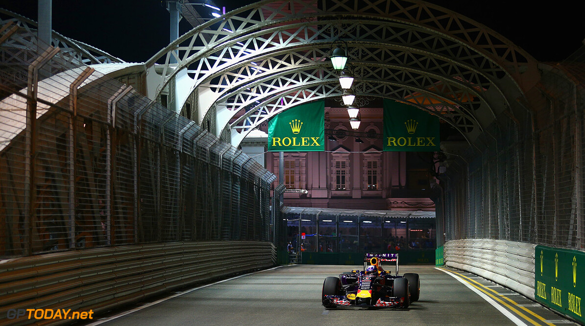 SINGAPORE - SEPTEMBER 19:  Daniel Ricciardo of Australia and Infiniti Red Bull Racing drives during qualifying for the Formula One Grand Prix of Singapore at Marina Bay Street Circuit on September 19, 2015 in Singapore.  (Photo by Clive Mason/Getty Images) // Getty Images/Red Bull Content Pool // P-20150919-00449 // Usage for editorial use only // Please go to www.redbullcontentpool.com for further information. //  F1 Grand Prix of Singapore - Qualifying Clive Mason Singapore Singapore  P-20150919-00449