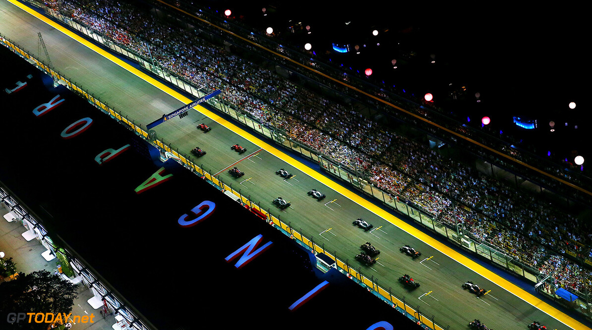 SINGAPORE - SEPTEMBER 20:  Sebastian Vettel of Germany and Ferrari pulls away from the start ahead of Daniel Ricciardo of Australia and Infiniti Red Bull Racing, Kimi Raikkonen of Finland and Ferrari, Daniil Kvyat of Russia and Infiniti Red Bull Racing and Lewis Hamilton of Great Britain and Mercedes GP during the Formula One Grand Prix of Singapore at Marina Bay Street Circuit on September 20, 2015 in Singapore.  (Photo by Dan Istitene/Getty Images) // Getty Images/Red Bull Content Pool // P-20150920-00633 // Usage for editorial use only // Please go to www.redbullcontentpool.com for further information. //  F1 Grand Prix of Singapore Dan Istitene Singapore Singapore  P-20150920-00633