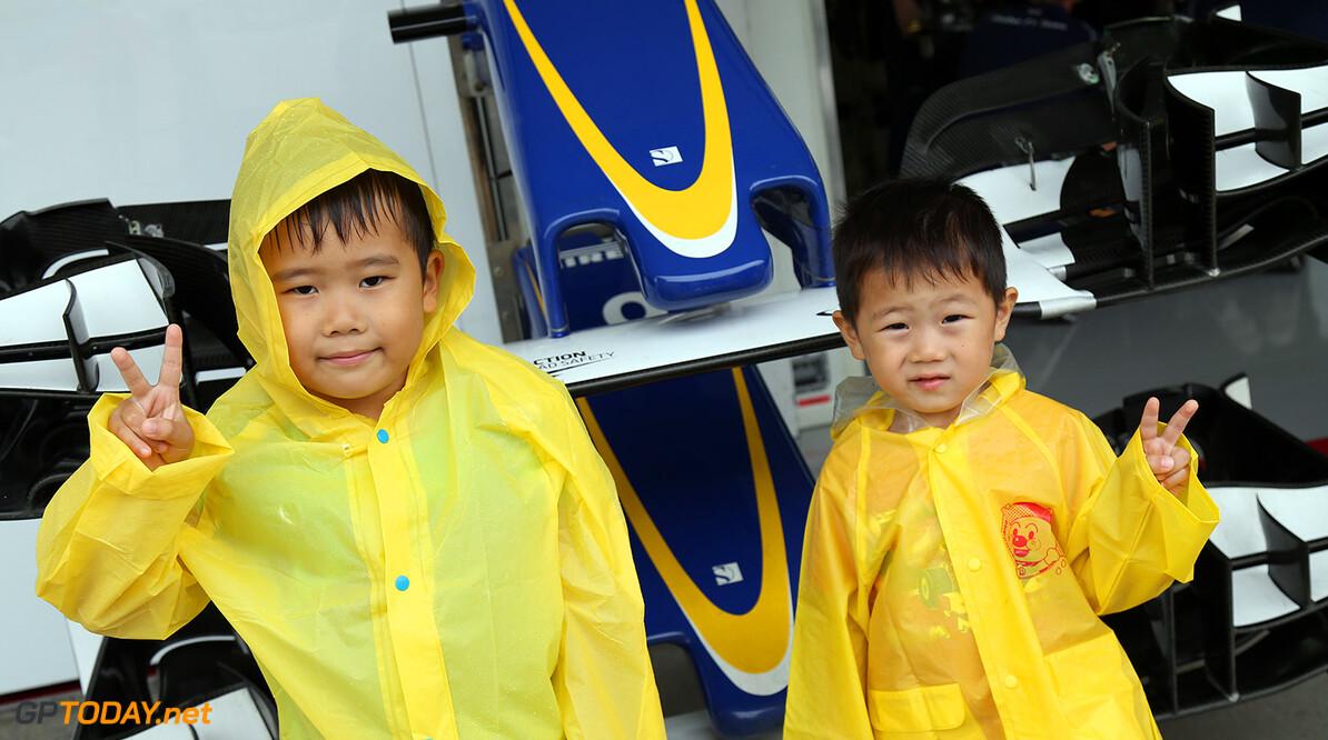 Japanese GP Thursday 24/09/15 Spectators atmosphere. Sauber fans. Suzuka Circuit pit lane walk. Japanese GP Thursday 24/09/15 Jad Sherif                       Suzuka Japan  F1 Formula 1 One 2015 Spectators Atmosphere