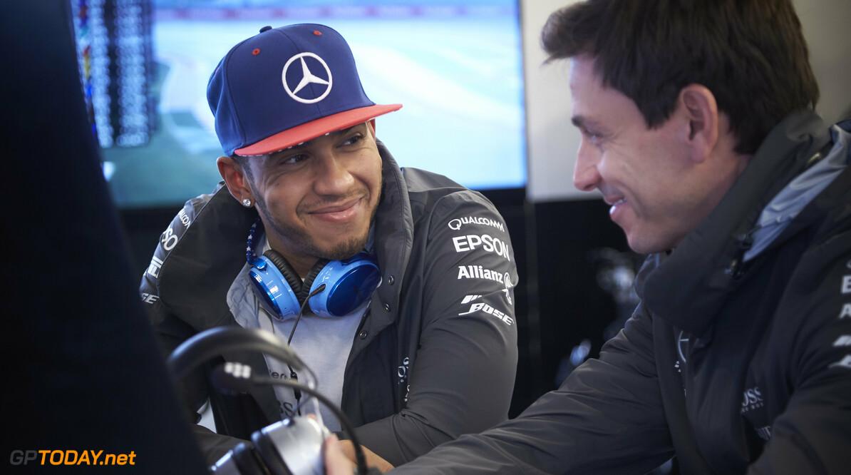 """Hamilton plaagt Rosberg: """"Nu geen windvlaag"""""""