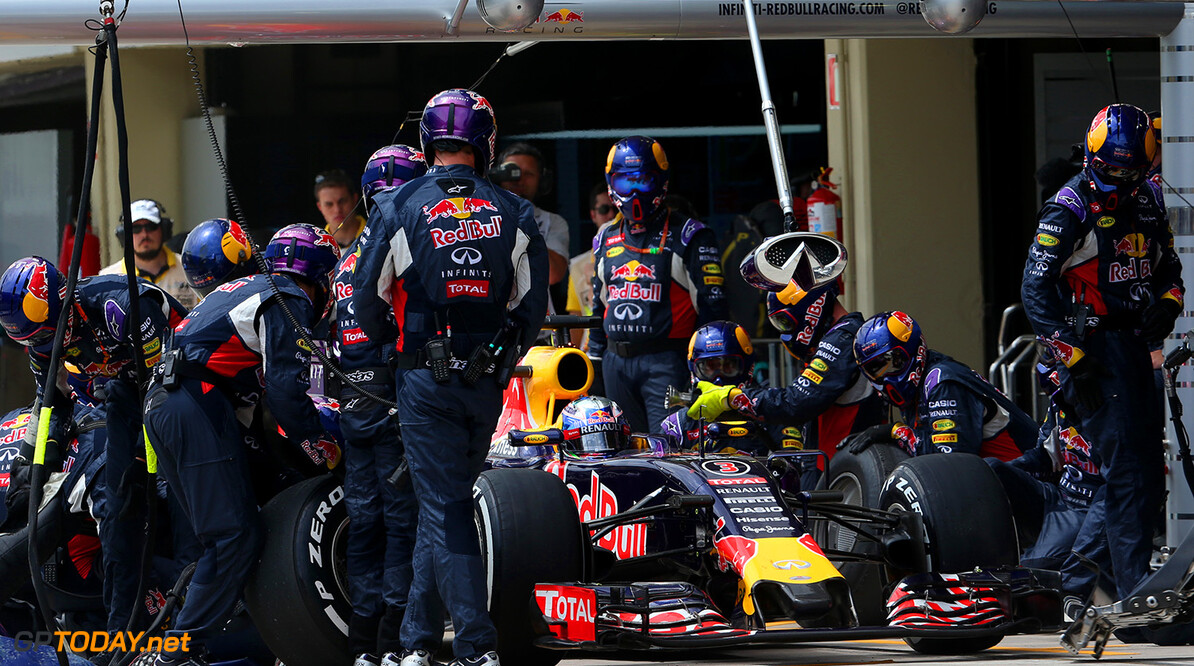 SAO PAULO, BRAZIL - NOVEMBER 15:  Daniel Ricciardo of Australia and Infiniti Red Bull Racing makes a pit stop during the Formula One Grand Prix of Brazil at Autodromo Jose Carlos Pace on November 15, 2015 in Sao Paulo, Brazil.  (Photo by Mark Thompson/Getty Images) // Getty Images/Red Bull Content Pool // P-20151115-00596 // Usage for editorial use only // Please go to www.redbullcontentpool.com for further information. //  F1 Grand Prix of Brazil Mark Thompson Sao Paulo Brazil  P-20151115-00596
