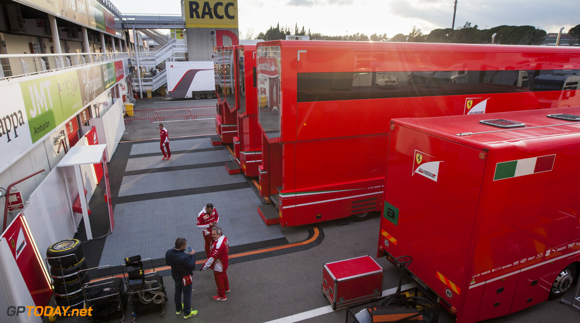160219RF10028 BARCELONA, SPAIN - 19 FEBRUARY 2016: Teams arriving in the paddock of Formula 1's Pre-Season Test at Circuit de Barcelona-Catalunya. Formula 1's Pre-Season Test Ronald Fleurbaaij Barcelona Spain  Sport Sports Autosport Motorsports Auto Car Racewagen Race Car Formule 1 Formula 1 F1 FIA Formula One World Championship Spain Spanje Circuit de Barcelona-Catalunya Pre-Season Test